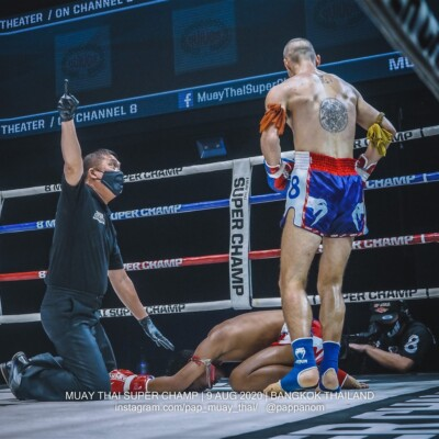 Foreign Muay Thai fighters knocks down Thai fighter